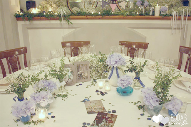 una boda con hortensias azules y una bici vintage