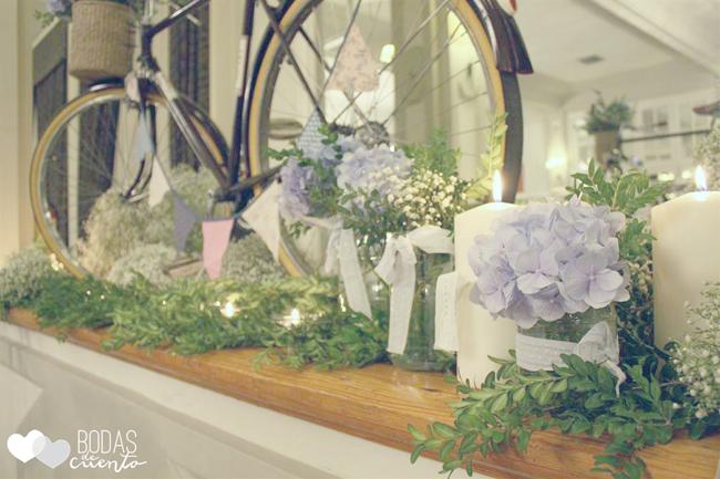 bicicleta en una boda entre hortensias azules
