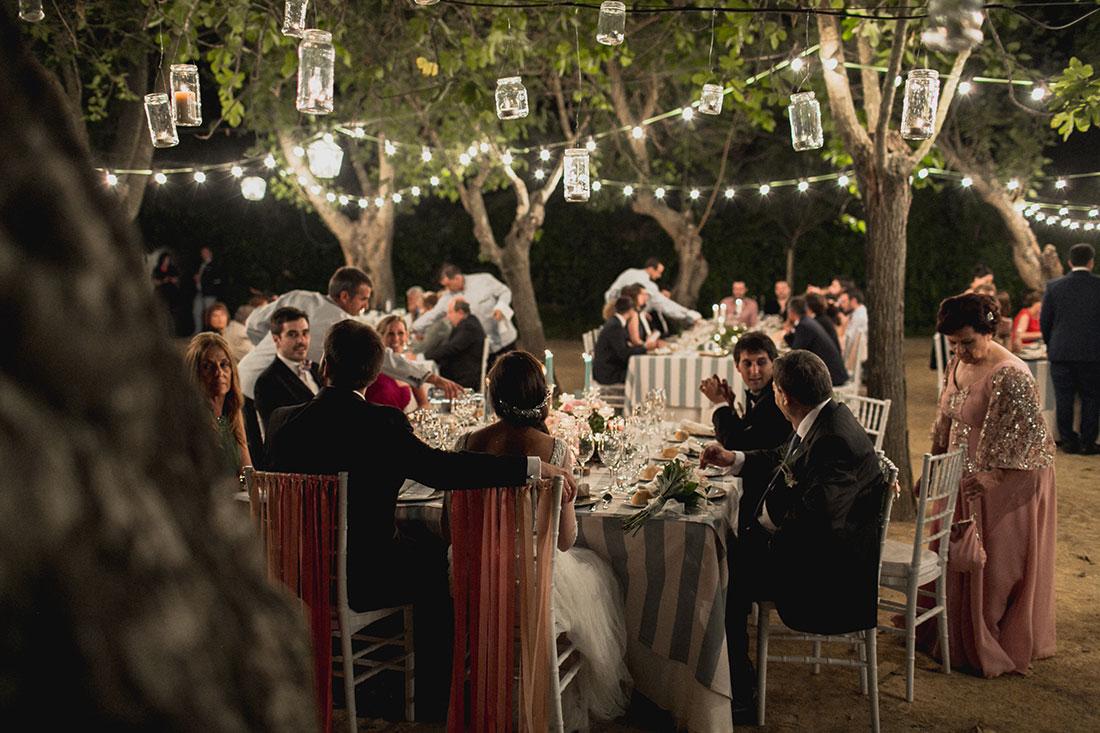 invitados-cenando-el-aire-libre-en-un-cortijowww.bodasdecuento.com