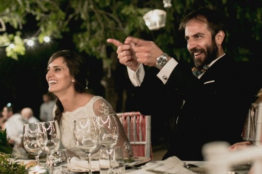 novios-decoración-boda-con-velaswww.bodasdecuento.com