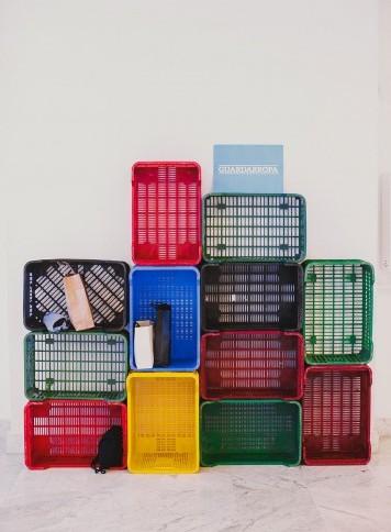 estantería con cajas de plástico en boda