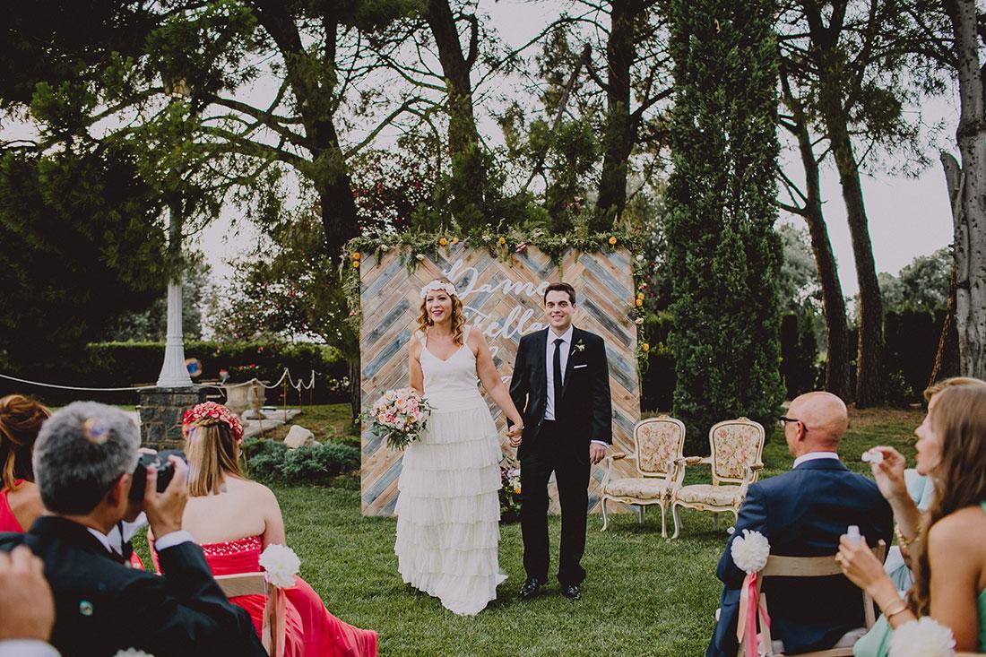 novios saliendo ceremonia www.bodasdecuento.com