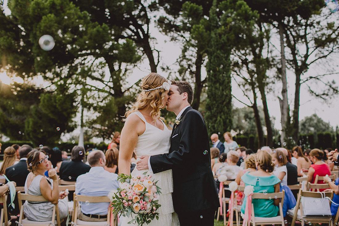 beso a la salida de la ceremonia www.bodasdecuento.com