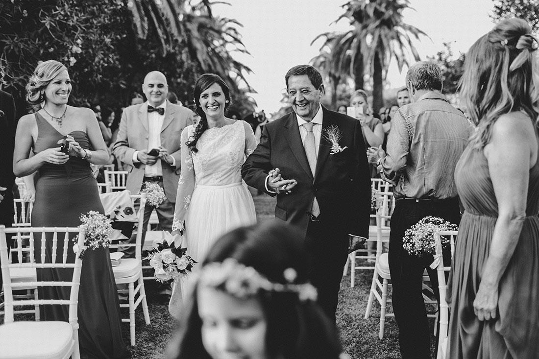 novia-entrando-ceremonia-cortijo-www.bodasdecuento.com