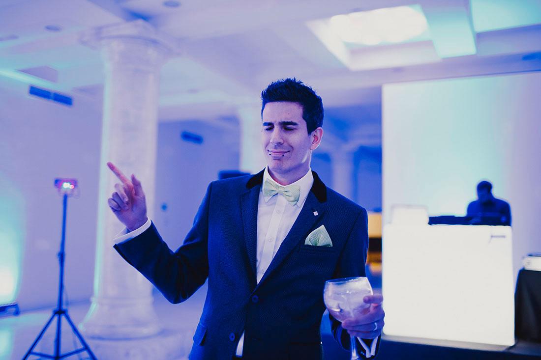 novio bailando en boda www.bodasdecuento.com