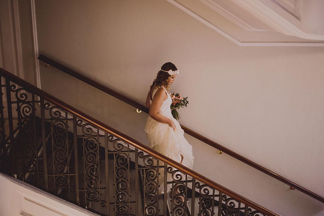 novia bajando escaleras gran hotel www.bodasdecuento.com