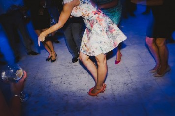 invitada boda bailando www.bodasdecuento.com