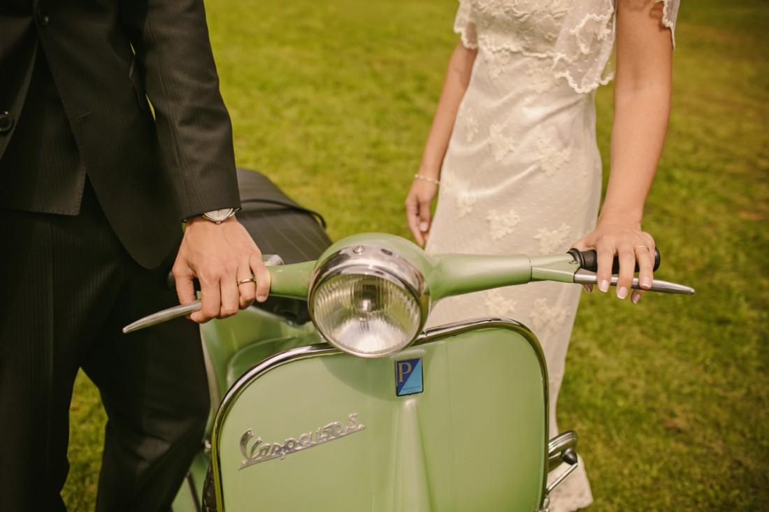 fotos de novios con vespa antigua www.bodasdecuento.com