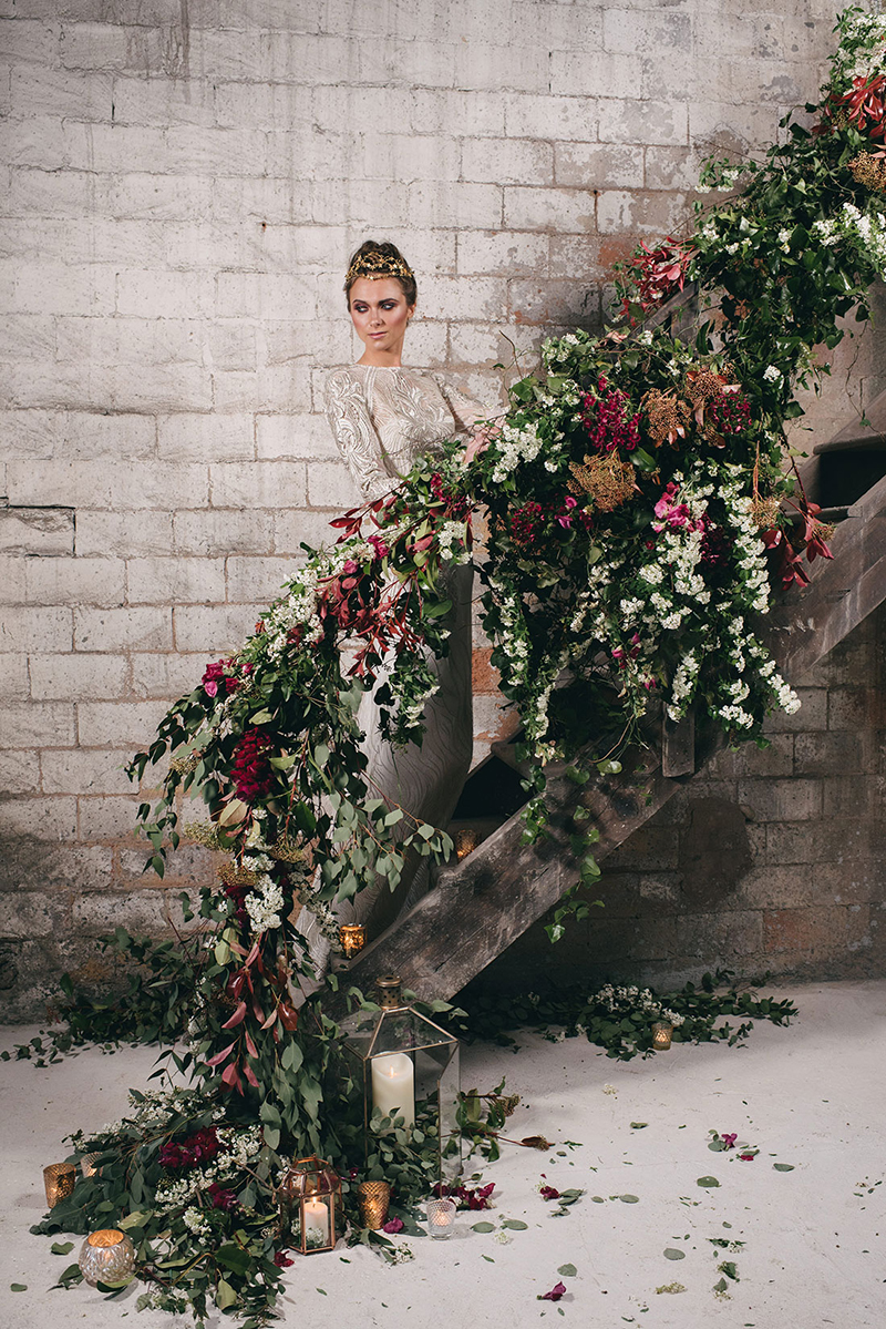 escalera flores boda www.bodasdecuento.com