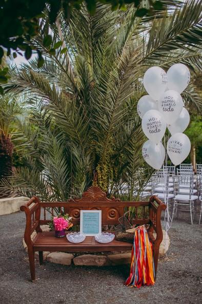 banco con globos up wedding recepción invitados www.bodasdecuento.com