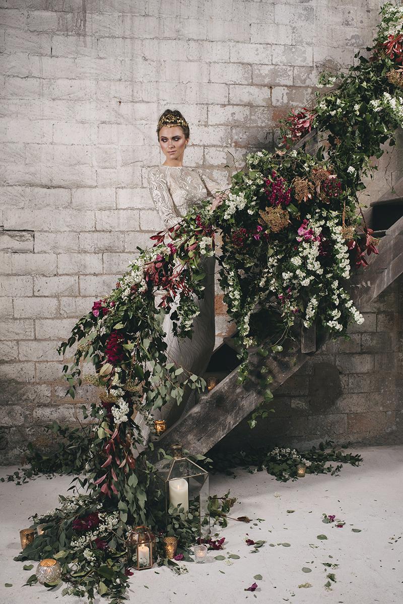 decoración floral escalera www.bodasdecuento.com