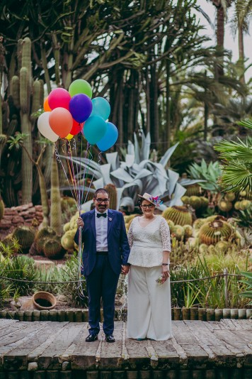 novios-con-globos-en-el-huerto-del-cura www.bodasdecuento.com