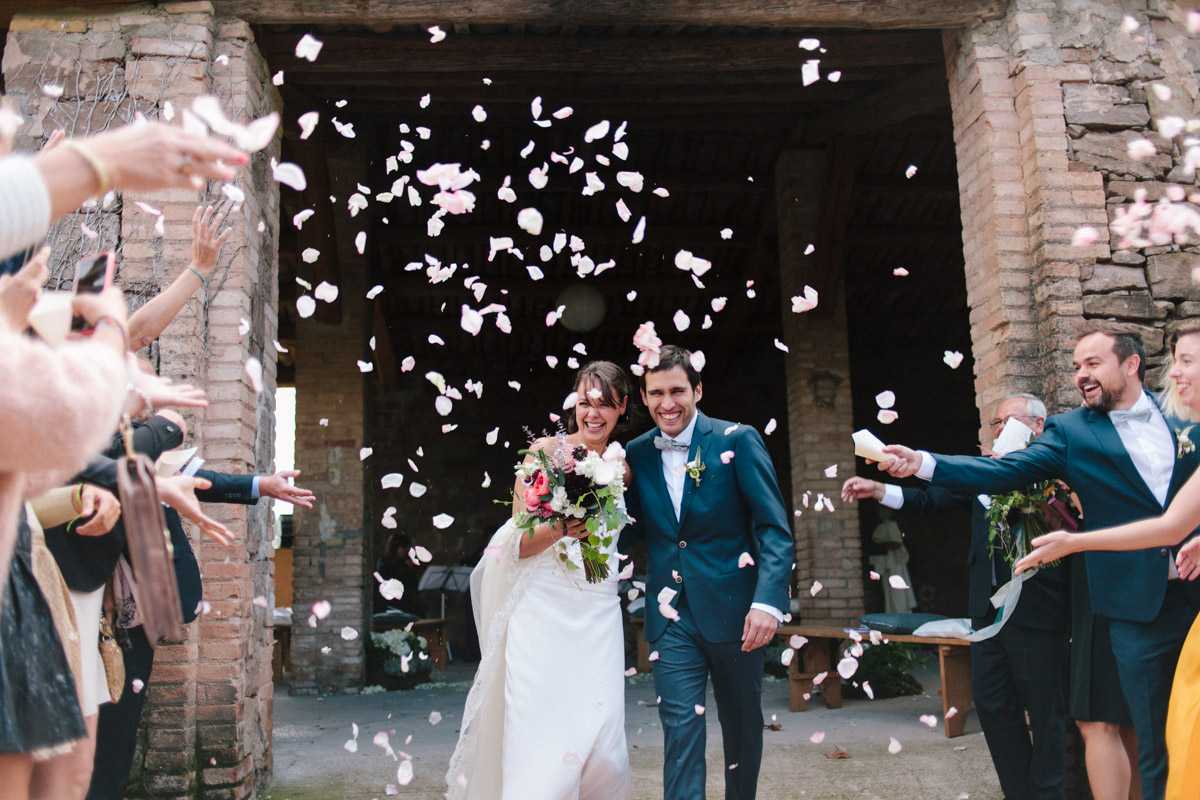 salida novios con pétalos www.bodasdecuento.com