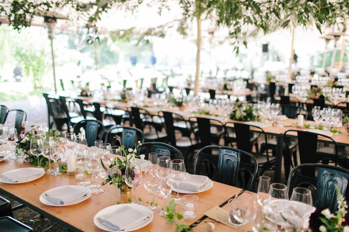 decoración mesas boda moderna en el campo www.bodasdecuento.com