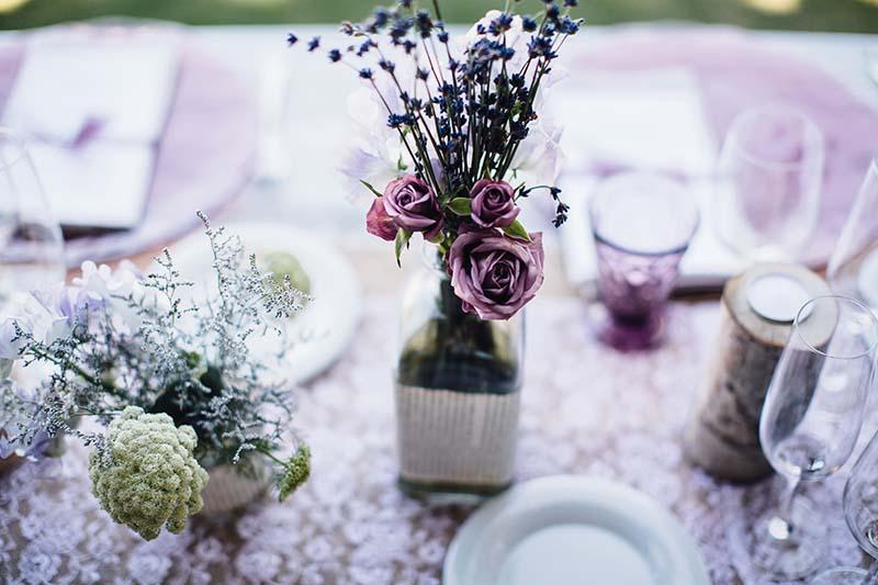 decoración mesa boda botellas www.bodasdecuento.com