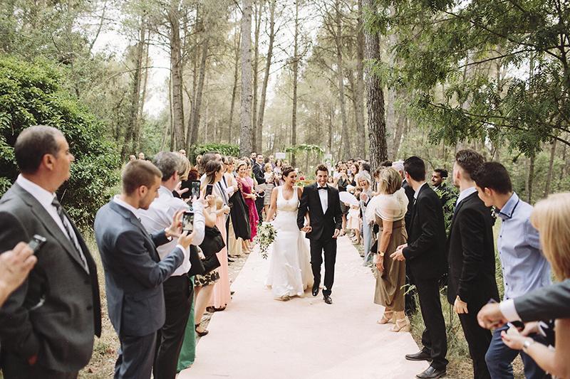 salida ceremonia pétalos www.bodasdecuento.com