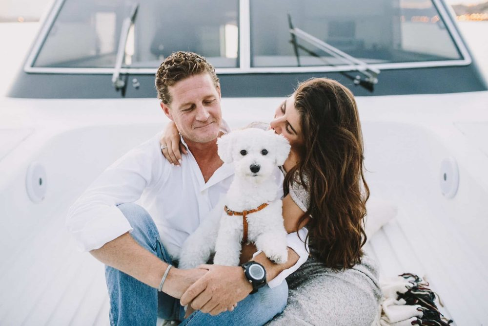 boda-marinera-en-santander-novios-con-perrito www.bodasdecuento.com