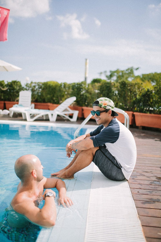 novio hipster en la piscina