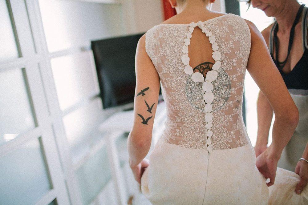novia con tattoos boda informal hipster
