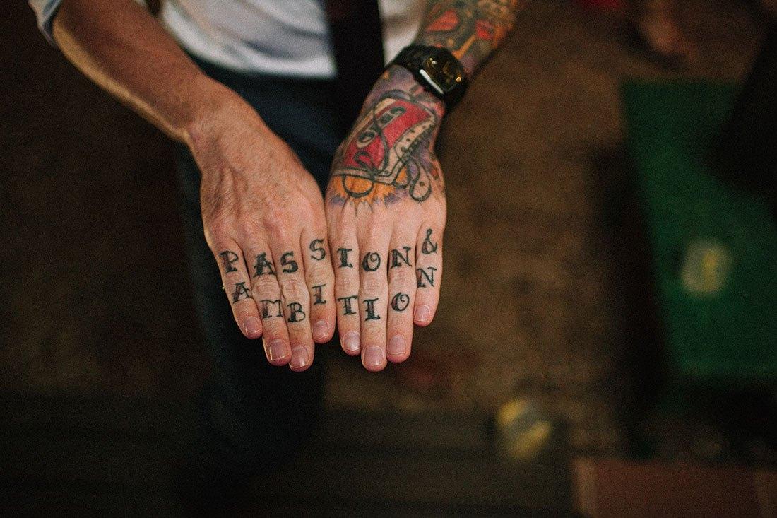 tattoo invitado boda hipster