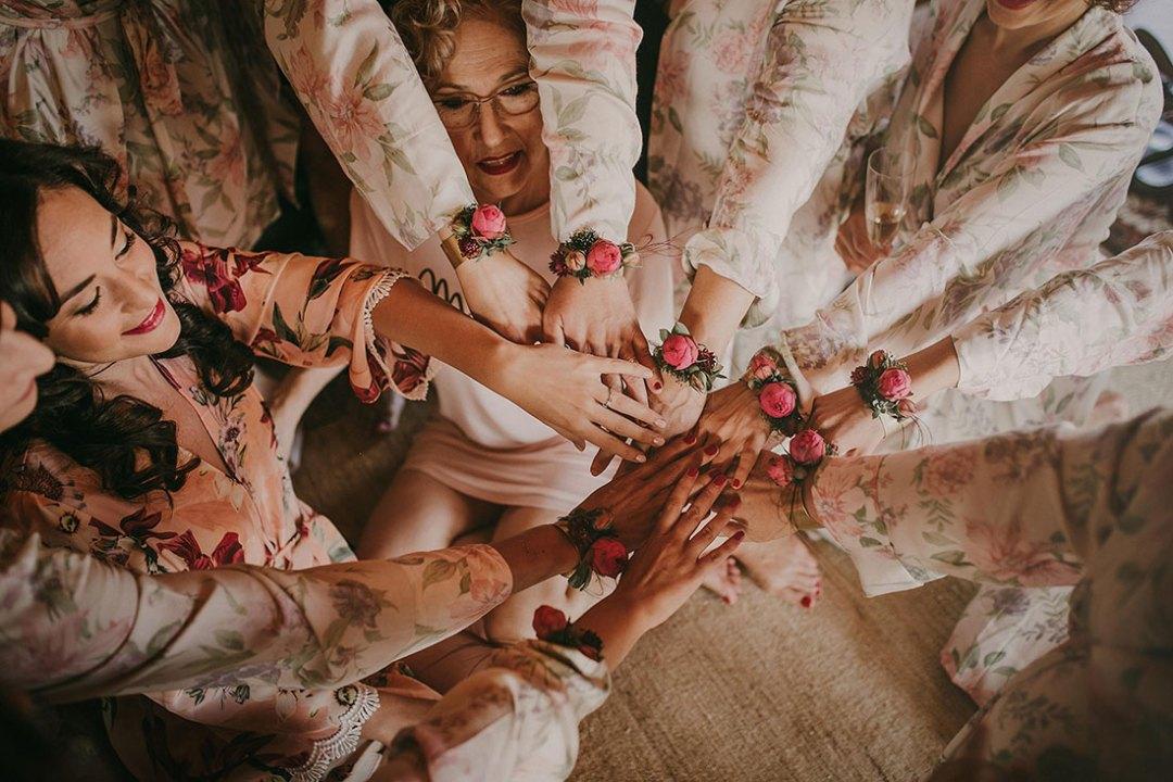 Novia y damas de honor prendidos flores boda moderna Bodas de Cuento Wedding Planner