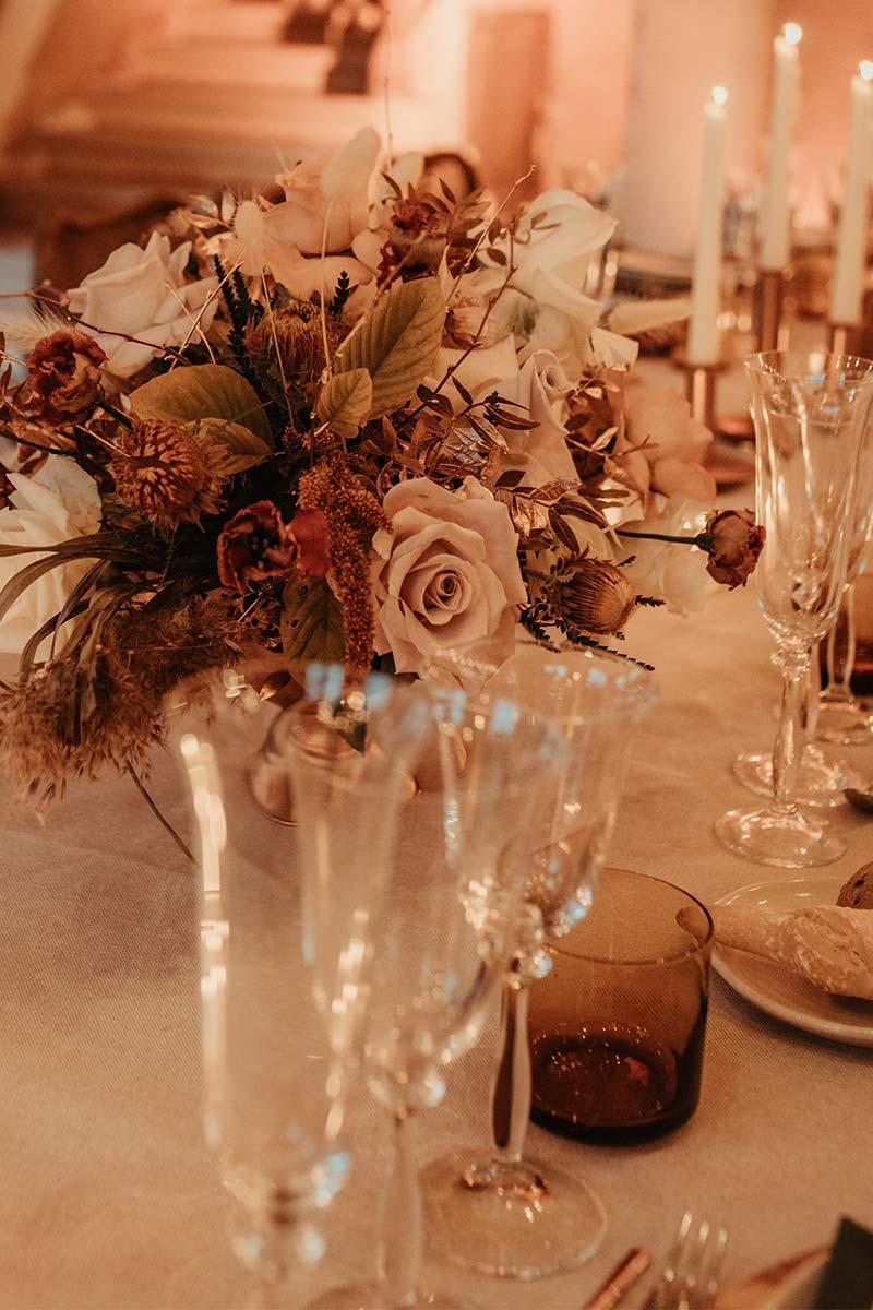 Boda en casa indiana Barcelona boda boho centro de mesa decoración velas floral crema ocre naranja www.bodasdecuento.com