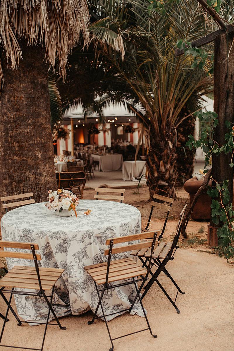Boda en casa indiana Barcelona boda boho cocktail terraza palmeras mimbre sofá piel www.bodasdecuento.com