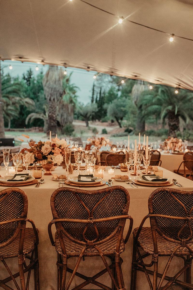 Boda en casa indiana Barcelona boda boho mesa decoración velas floral crema ocre naranja www.bodasdecuento.com