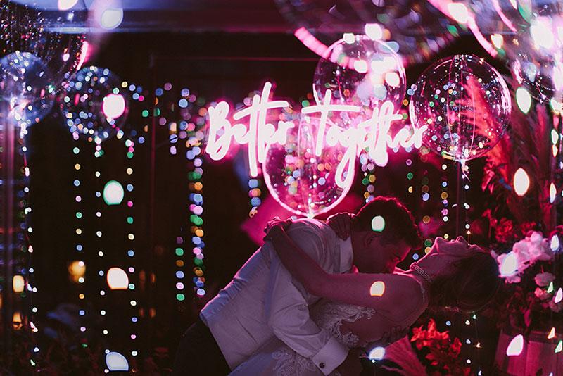 Boda interior con mucho rollo | Novios luces de neon globos contraluz | www.bodasdecuento.com
