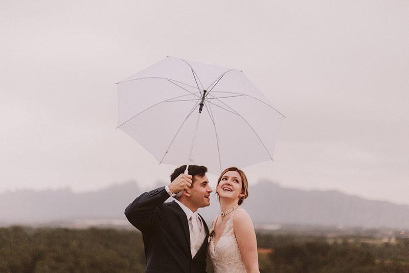 Boda interior con mucho rollo | Novios retrato lluvia | www.bodasdecuento.com 26