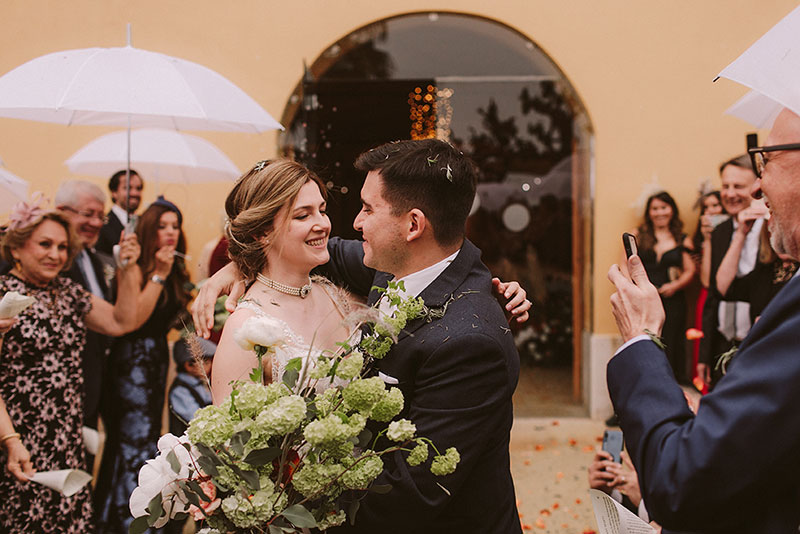 Boda interior con mucho rollo | Salida de los novios | www.bodasdecuento.com