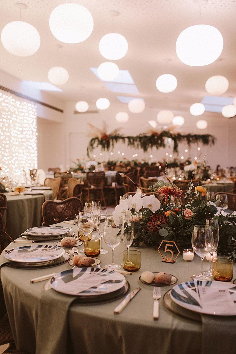 Boda interior con mucho rollo | Set de mesa verde flores silvestres | www.bodasdecuento.com