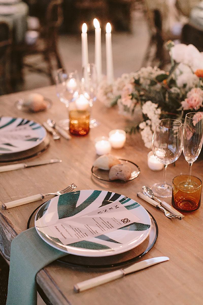 Boda interior con mucho rollo | Set de mesa verde flores silvestres | www.bodasdecuento.com 35