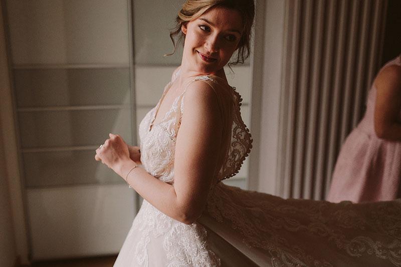 Boda interior con mucho rollo | Vestido de novia Ramo | www.bodasdecuento.com