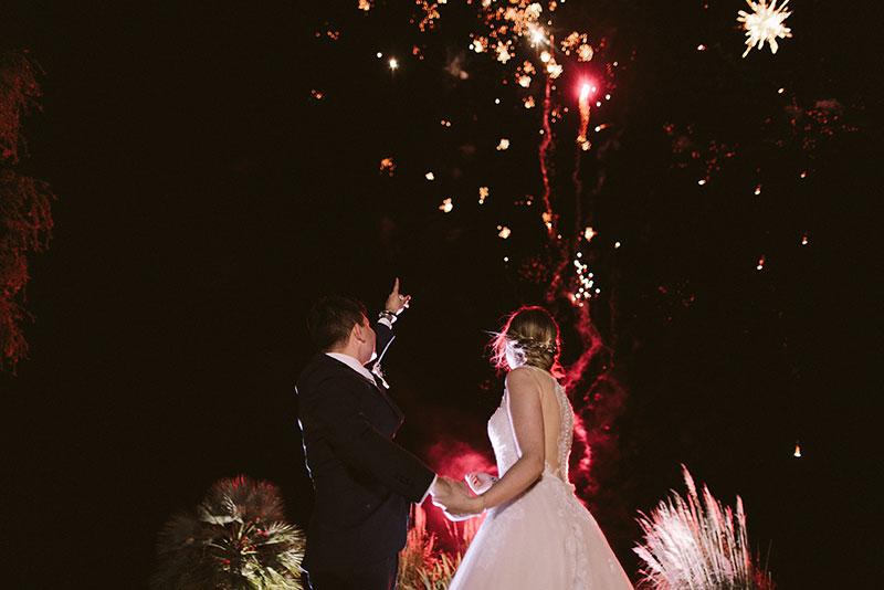 Boda interior con mucho rollo | novios fuegos artificiales | www.bodasdecuento.com