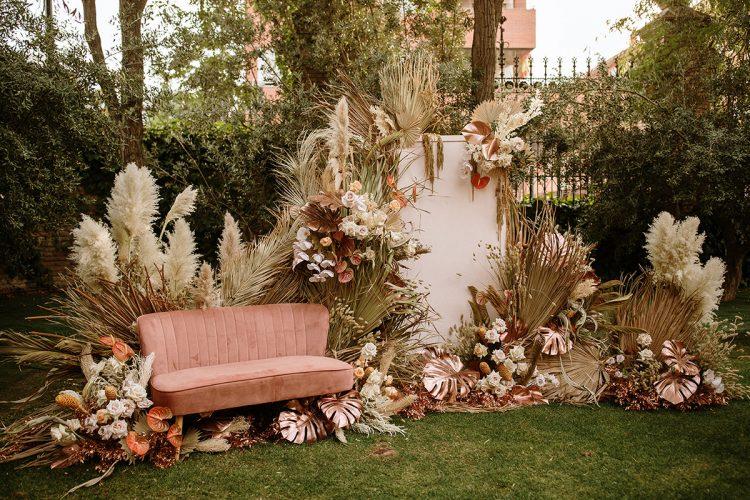 Boda boho chic dos novias | sofá rosa pampas | Bodas de Cuento