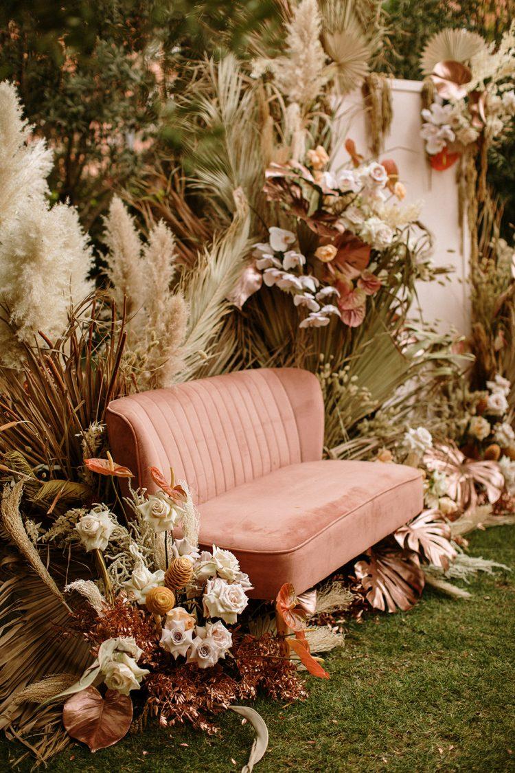 Boda boho chic dos novias | sofa rosa y pampas para la ceremonia | Bodas de Cuento