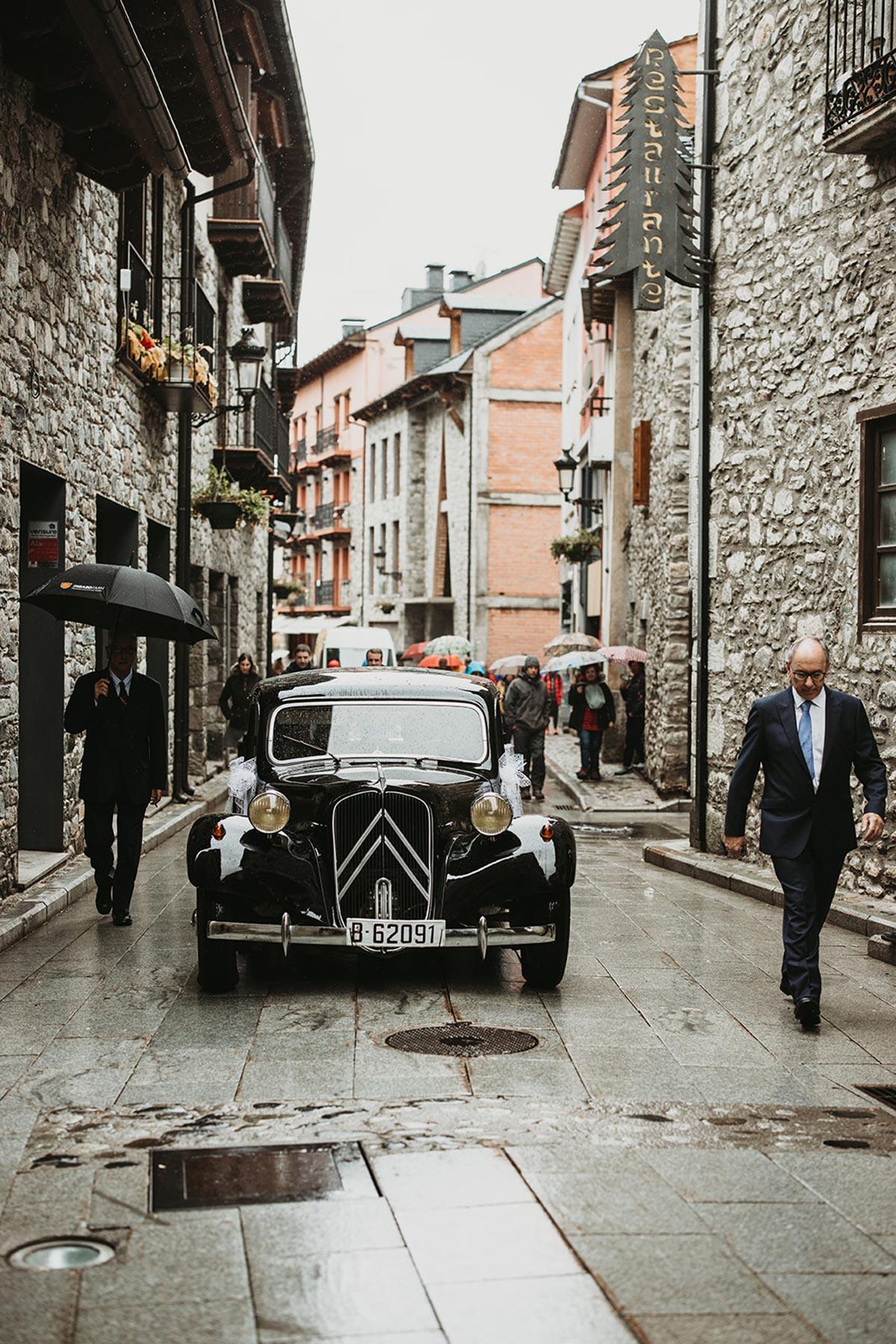 coche clásico boda de invierno en el pirineo | Bodas de Cuento