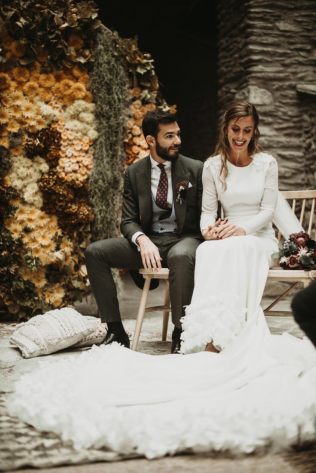 Ceremonia de boda de invierno con backdrop circular de flores amarillas y verdes novios