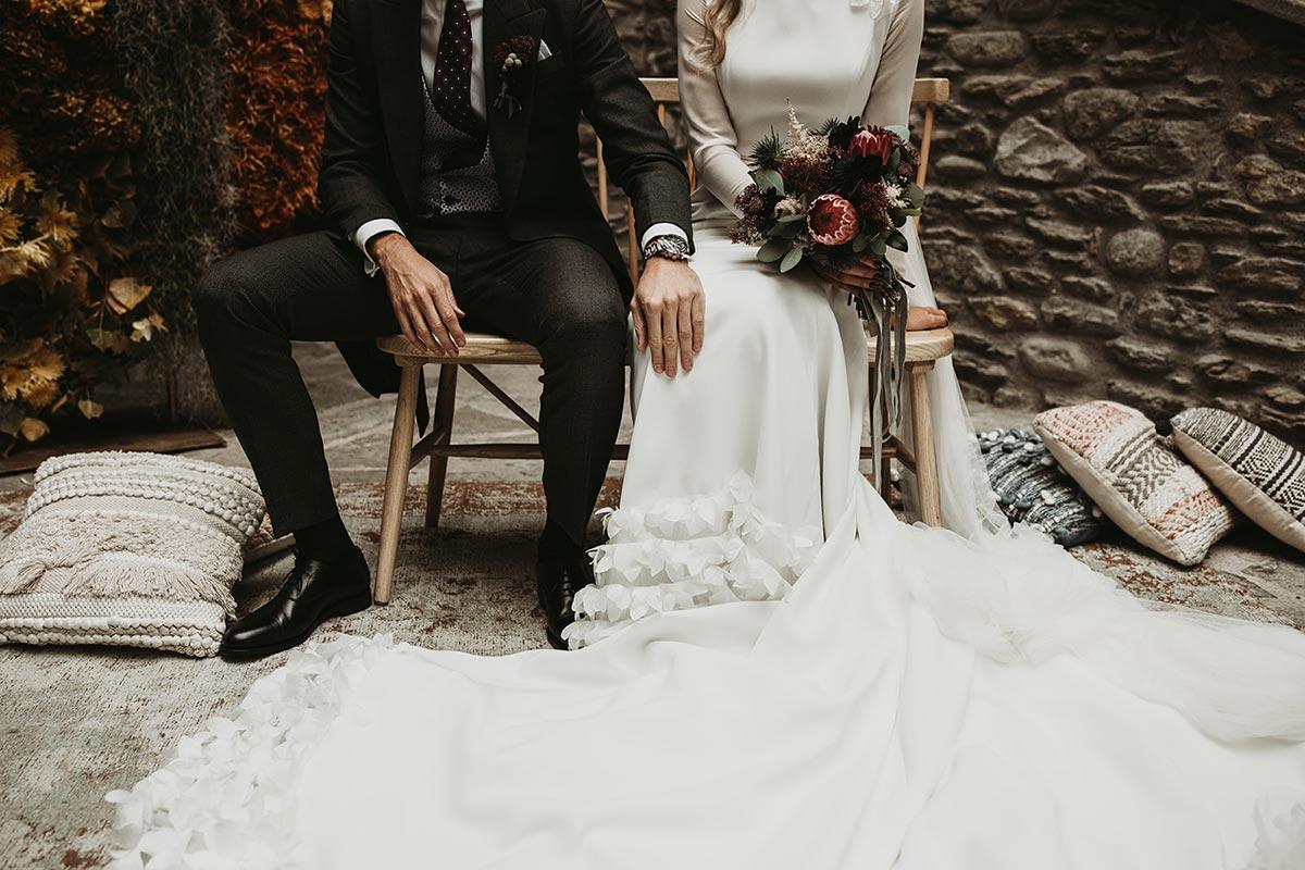 Vestido de novia cola ramo invierno novios ceremonia boda de invierno