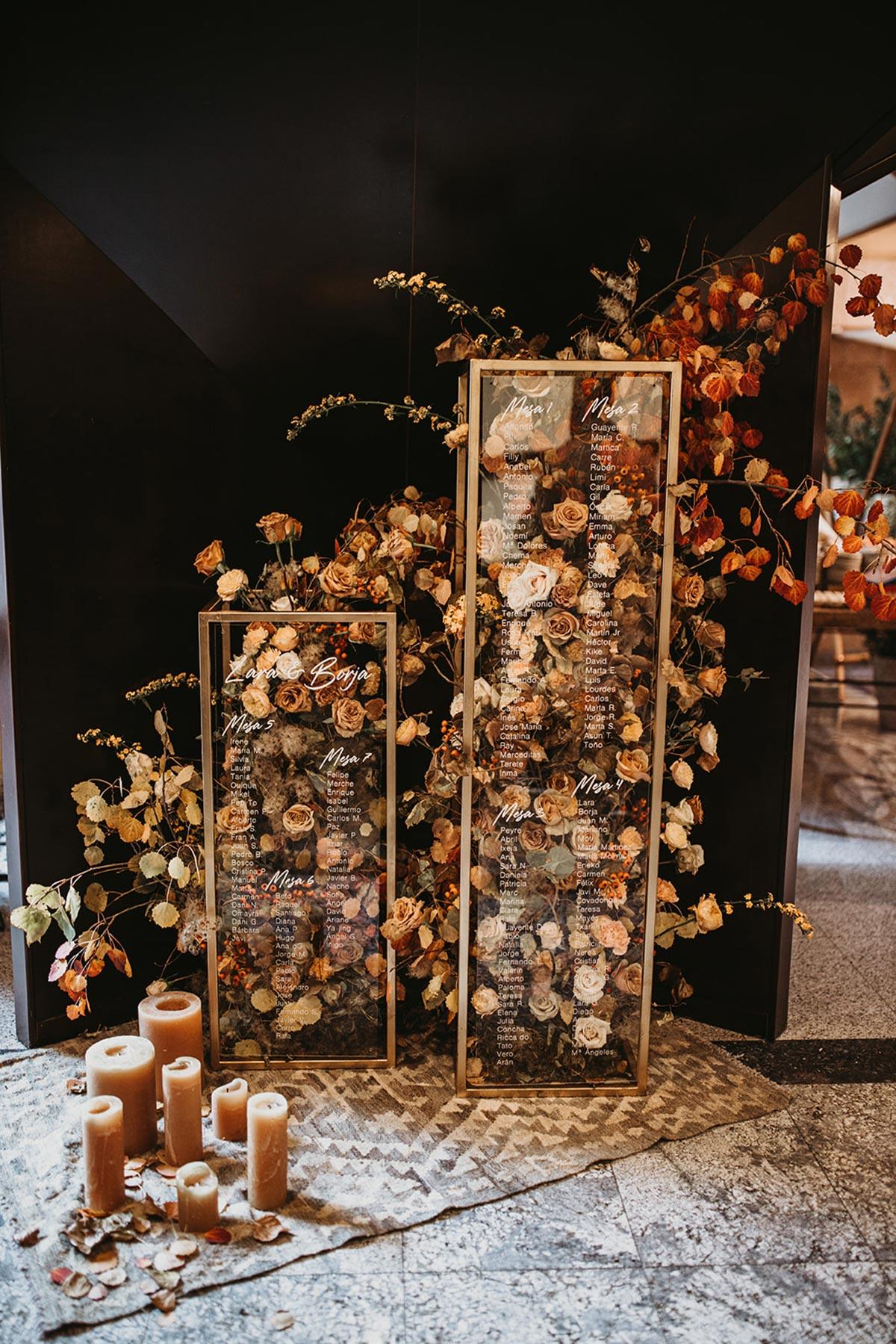 Seating Plan rectangular de cristal gold dorado caligrafia flores marrones y velas
