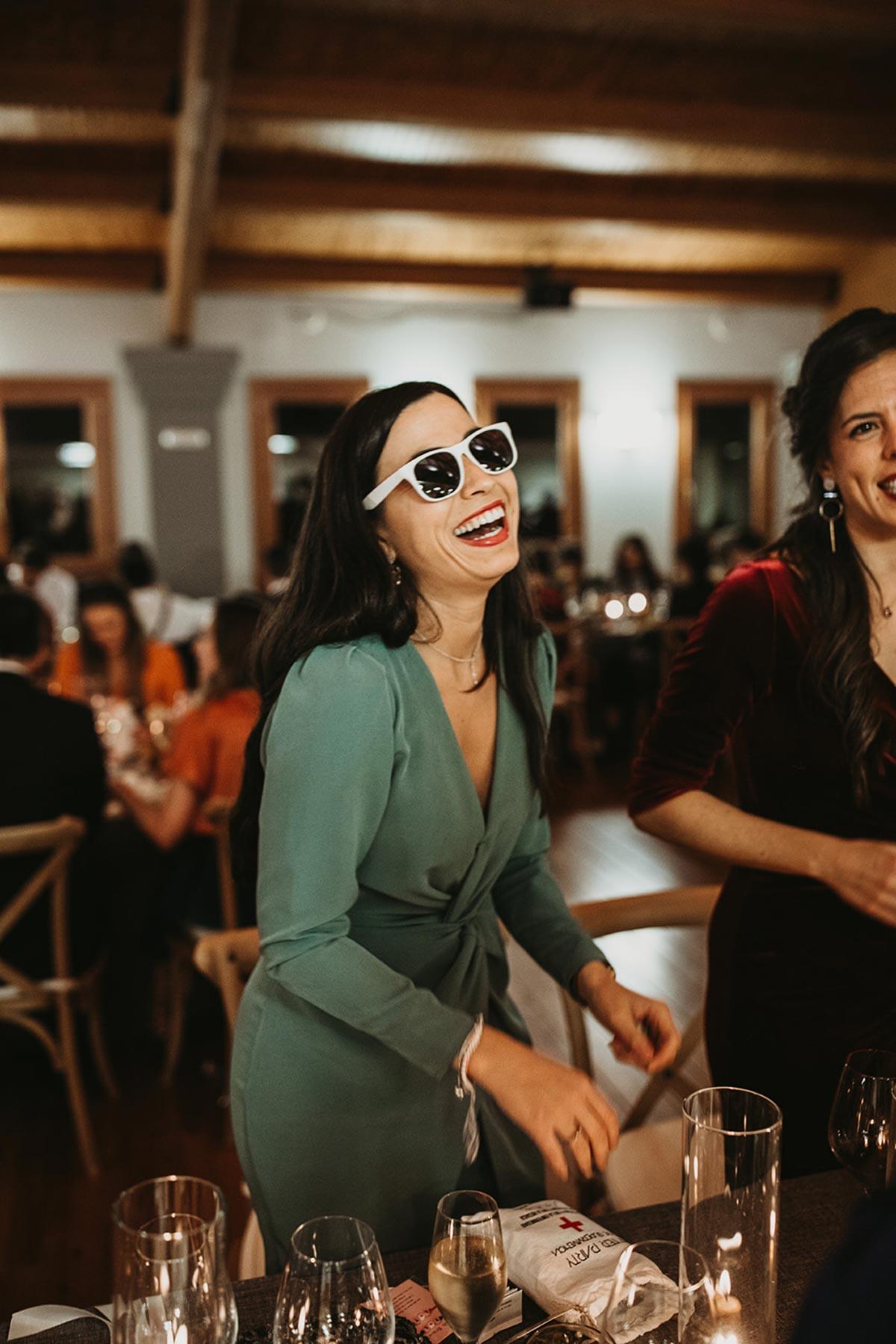 Invitada boda fiesta moderna con gafas de sol de pasta