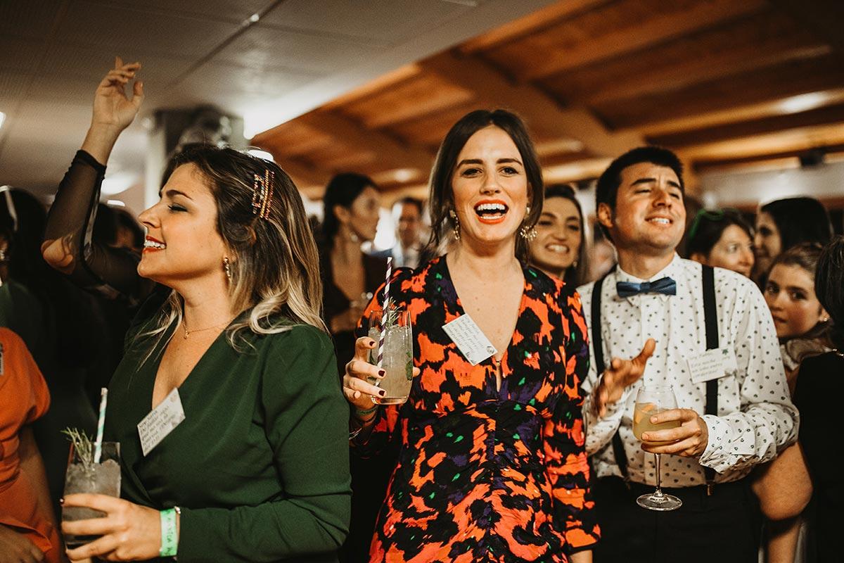 invitados de boda de invierno baile fiesta
