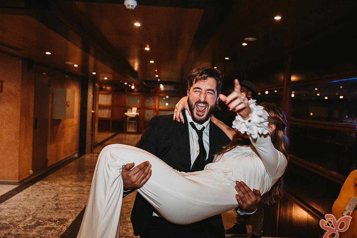novia en brazos fiesta party boda