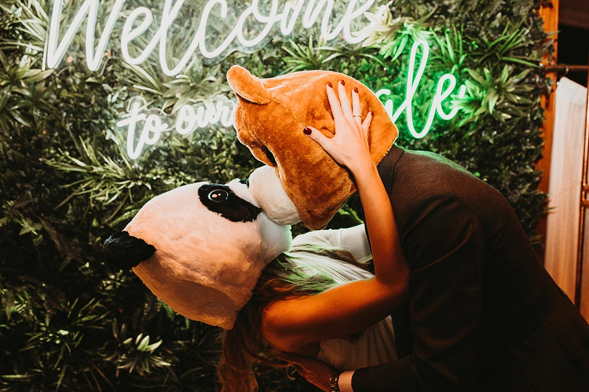 Boda fiesta party beso mascaras de animales welcome to the jungle hora loca