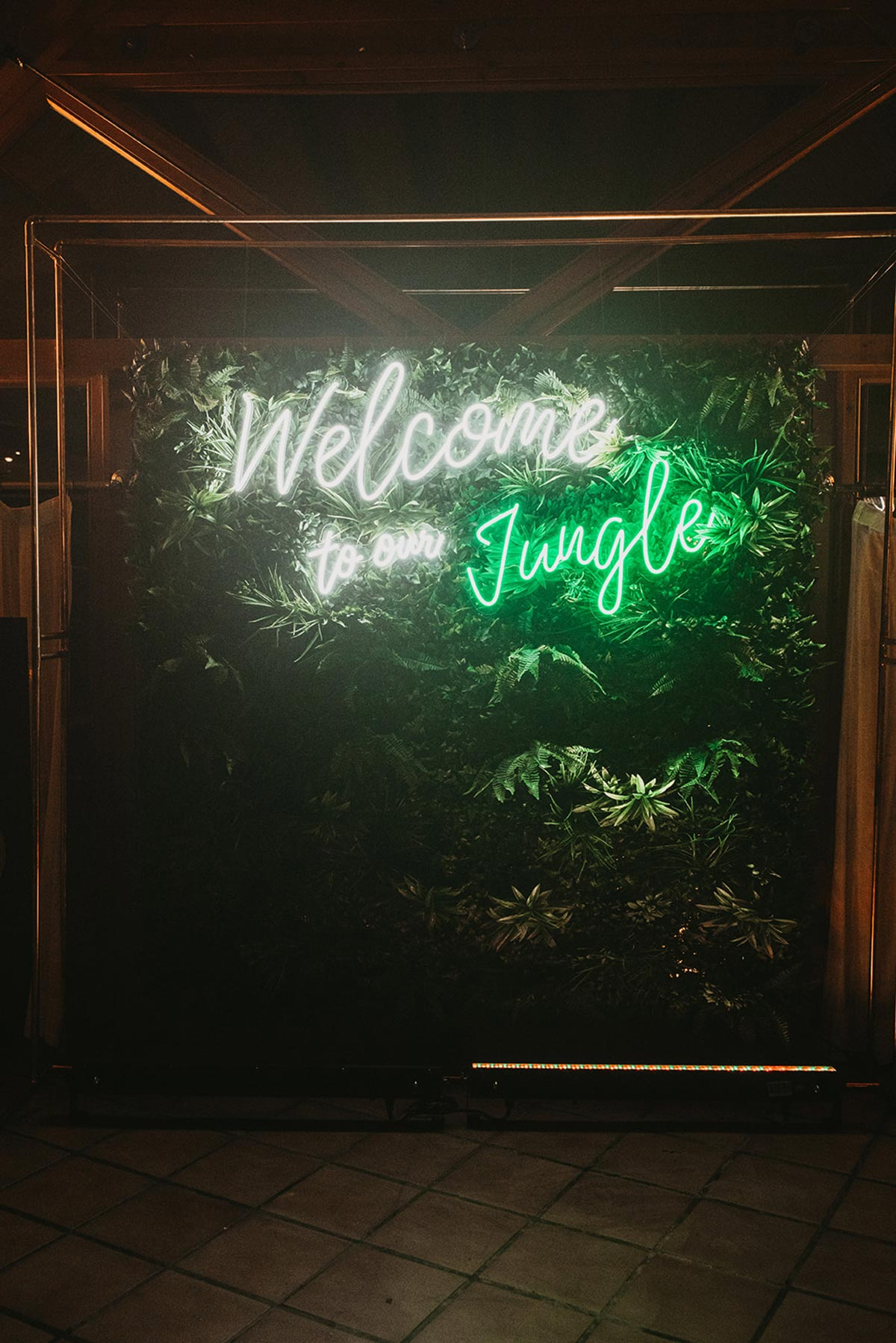 Boda fiesta party photocall luces neon welcome to the jungle Bodas de Cuento
