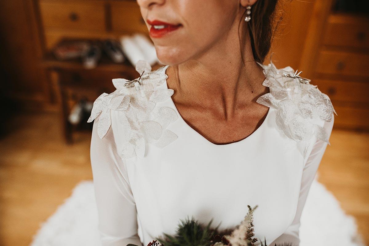 vestido de novia hombros con pétalos