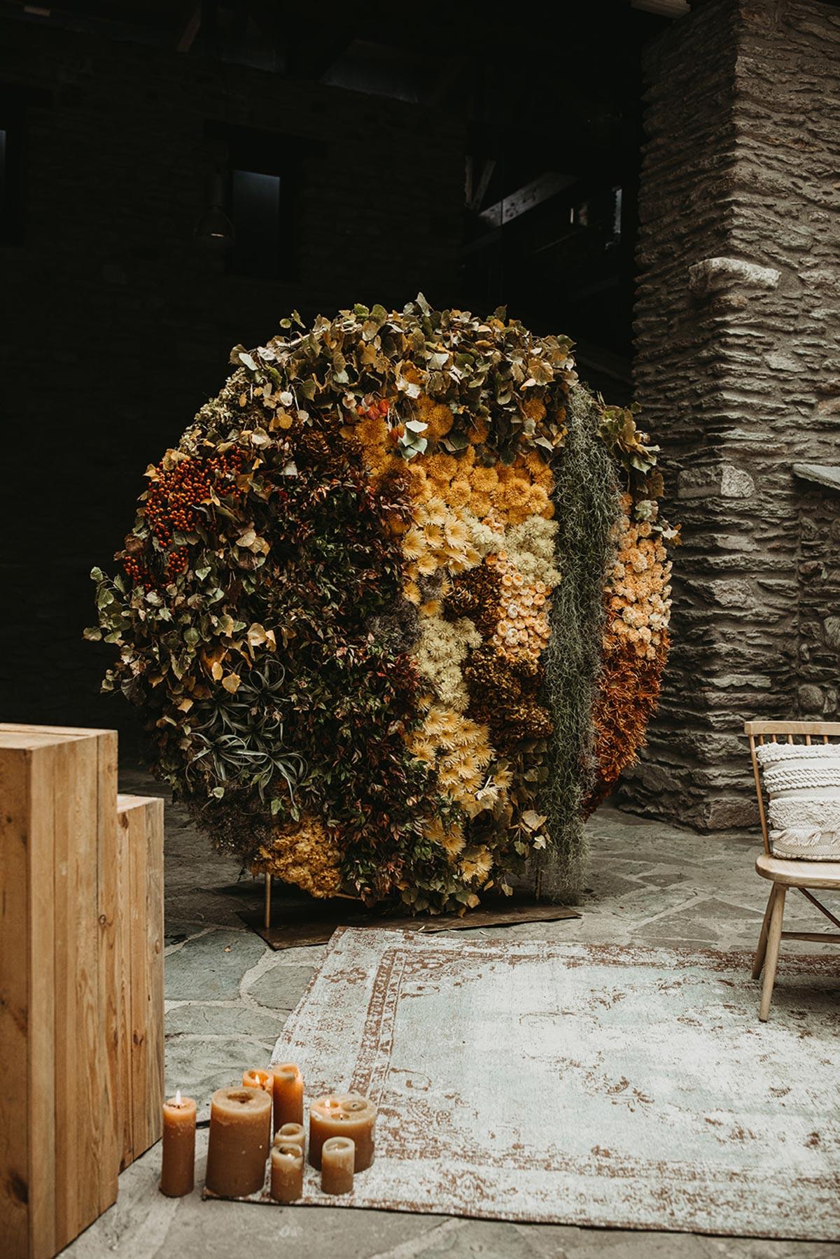 Ceremonia de boda de invierno con backdrop circular de flores con madera y velas rustica chic