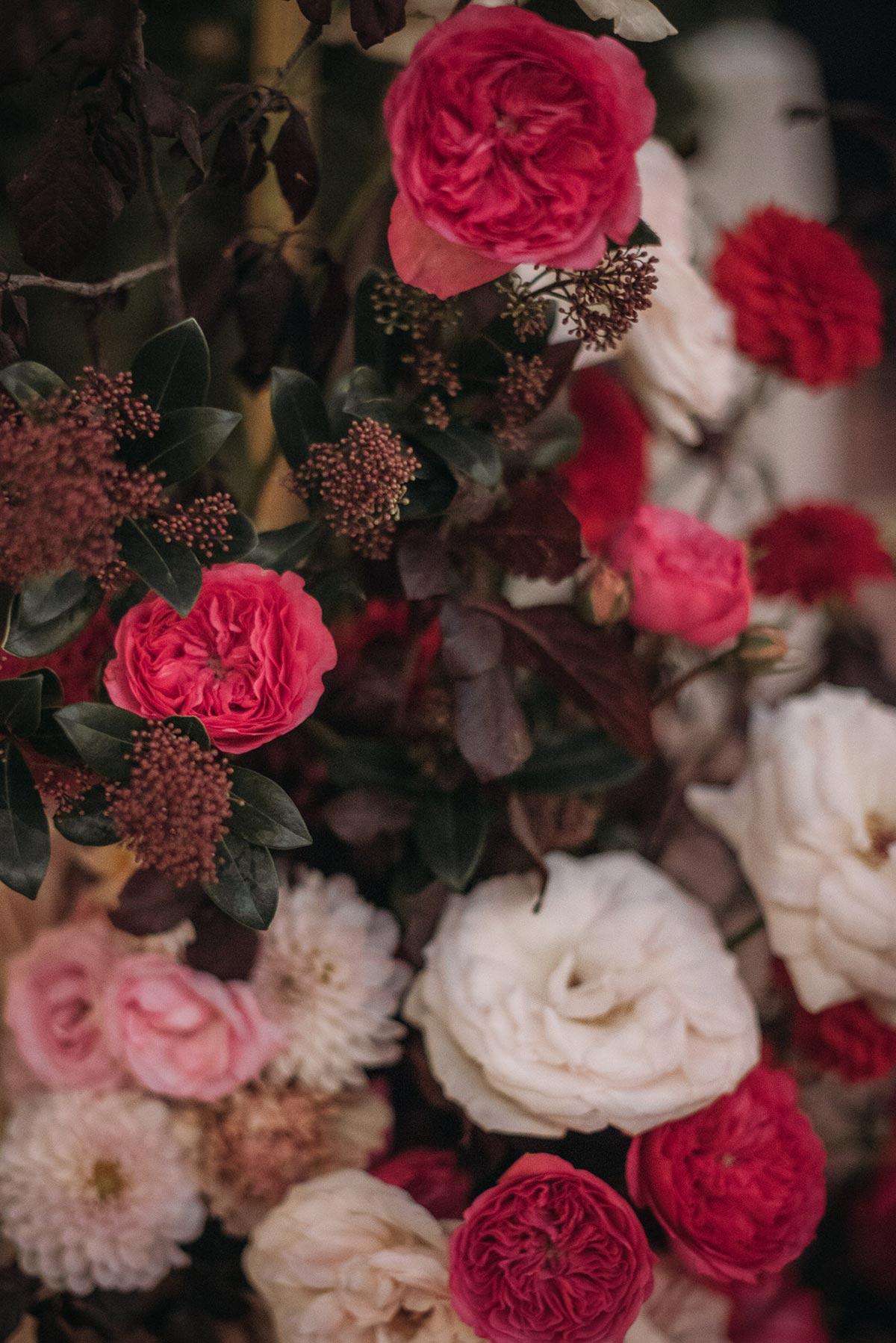 Boda de noche llena de luces | flores rosas | Bodas de Cuento