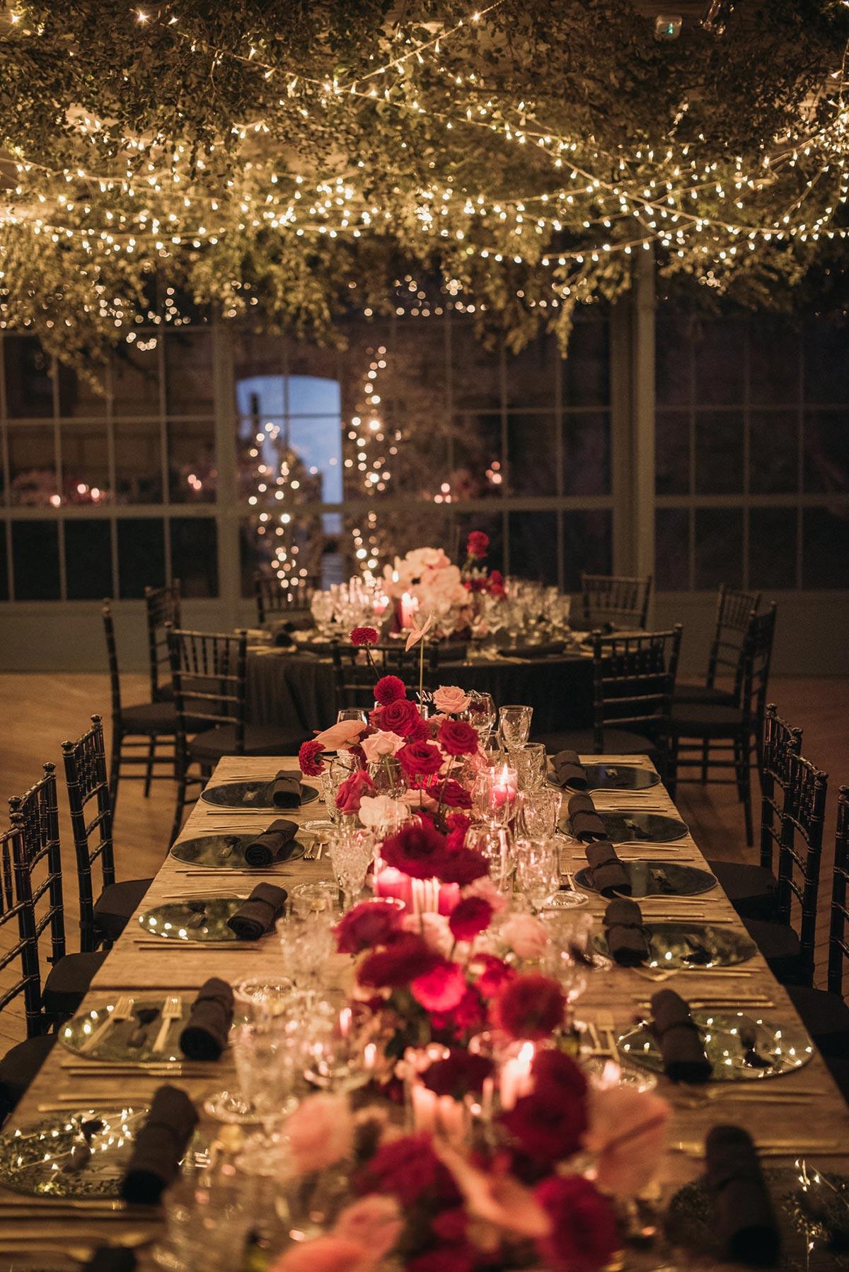Boda de noche llena de luces | iluminacion mesas | Bodas de Cuento